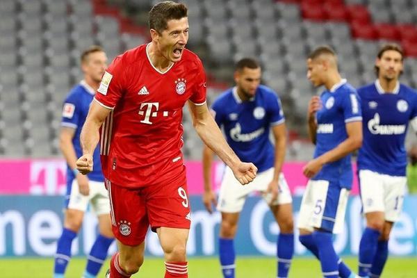 بايرن ميونخ يقسو على شالكه بثمانية أهداف في افتتاح الدوري الألماني